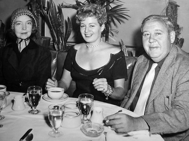 MITCHUM_Lillian Gish, Shelley Winters and Charles Laughton have dinner together upon Gish´s arrival in Los Angeles to play a role in Laughton´s The Night of the Hunter