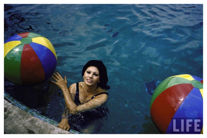 Sophia Loren in the pool with colorful beach ball 1964 Photo Alfred ...