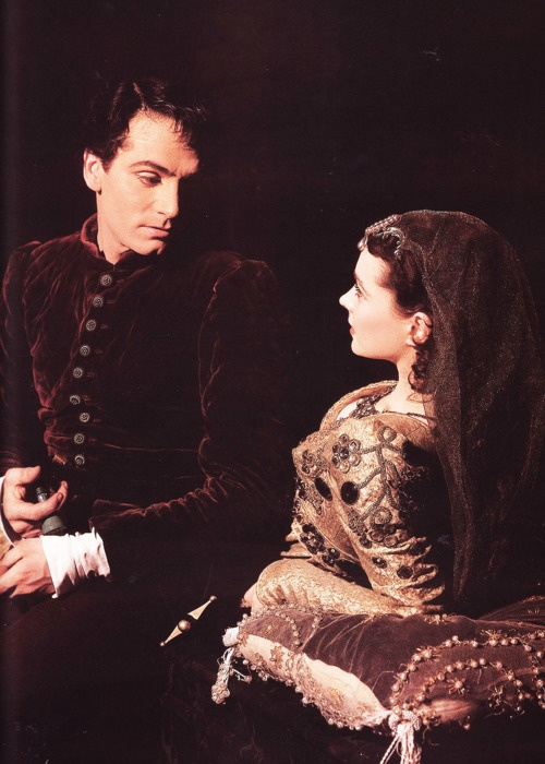 Laurence Olivier and Vivien Leigh in their theatre production of Romeo and Juliet (1940)