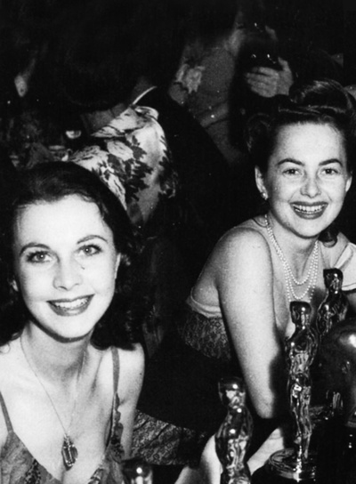 Vivien Leigh & Olivia de Havilland, 1940 at their table during the 13th Annual Academy Awards, 1940.