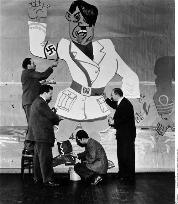 "George Grosz, teaching at the ""Arts Students League"", New York, Apr. 1942 -by unknown left to right- Josef von Sternberg, Jon Corbino, Yasuo Kuniyoshi et George Grosz at work."