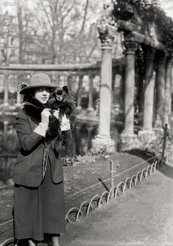 1_French chanteuse Musidora in 1921 at Parc Monceau, Paris..jpg