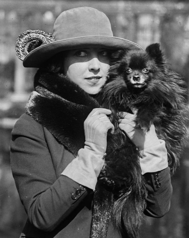 Mademoiselle Musidora (1889-1957) et son petit chien - Parc Monceau - Mars1921. Photo Agence Rol, Paris..jpg