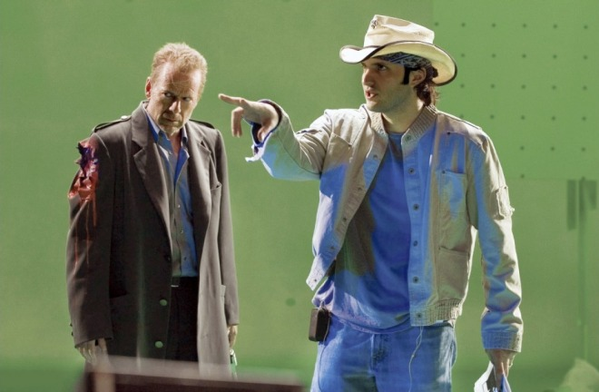 22_Robert Rodriguez and Bruce Willis on the set of Sin City..jpg