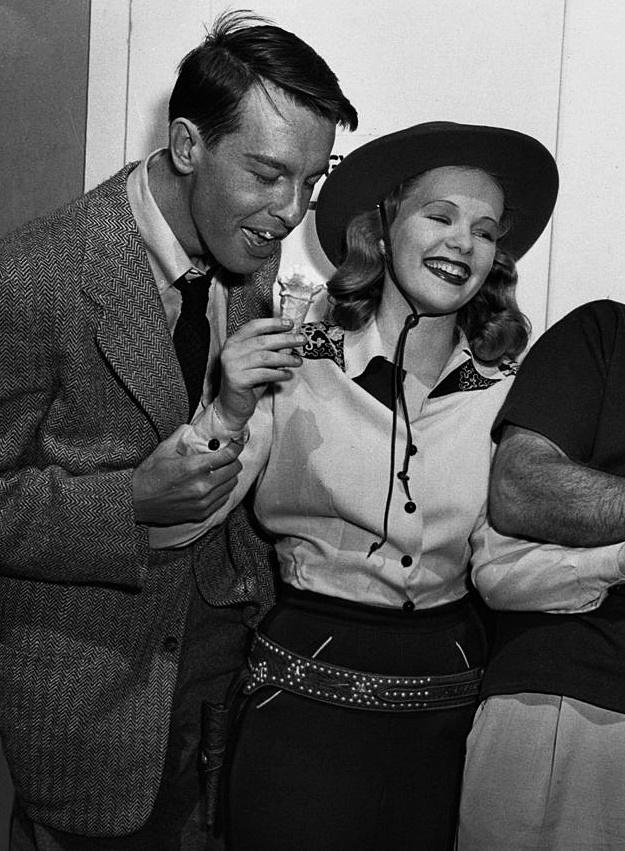 16_John Dall and Peggy Cummins on the set of Gun Crazy, 1950.jpg