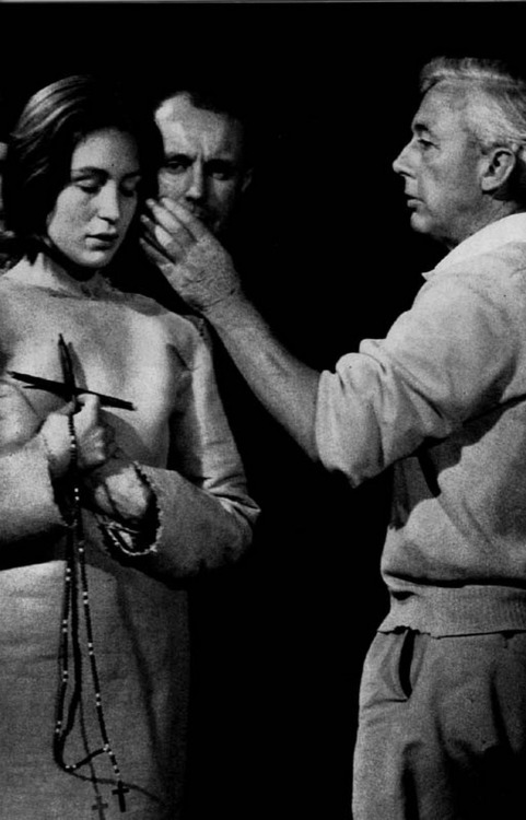 "1_Robert Bresson directing Florence Delay on the set of ""Le procès de Jeanne d'Arc"".jpg"