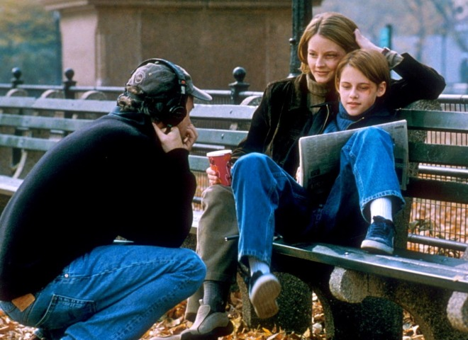 17_David Fincher directing Jodie Foster and Kristen Stewart on the set of Panic Room.jpg