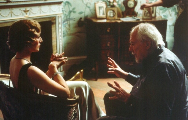 29_Kristin Scott Thomas and Director Robert Altman on the set of Gosford Park..jpg