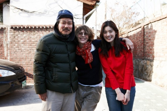 13_Hong Sang-soo, Jane Birkin, and Jung Eun-chae on the set of Nobody's Daughter Haewon..jpg