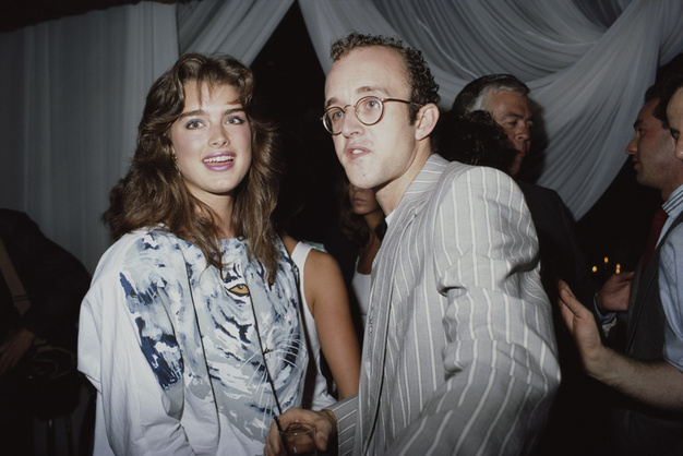 27_Brooke Shields et l'artiste Keith Haring au Palladium club de New York, en 1987..jpg