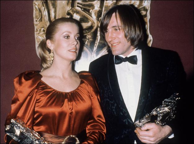 18_Catherine Deneuve et Gérard Depardieu posent avec le Césars qu'ils ont obtenu le 31 janvier 1981 à Paris, pour leur interprétation dans Le dernier métro de François Truffaut..jpg