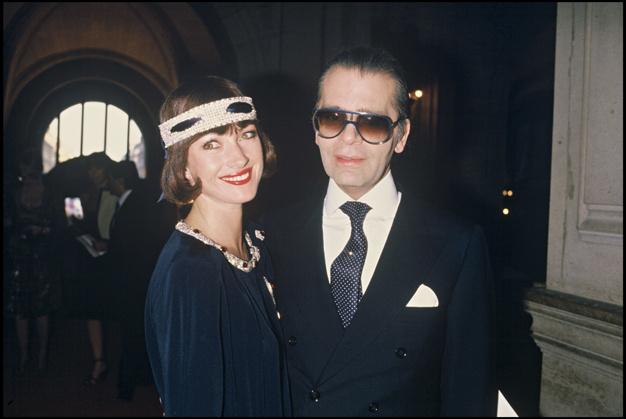27_Jane Seymour au côté de Karl Lagerfeld, lors du défilé Chanel automne-hiver 1984-1985 à Paris..jpg
