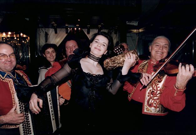 28_Juliette Binoche mime la symphonie de la victoire à la 19è cérémonie des Césars..jpg