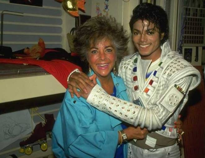 2_Elizabeth Taylor visiting Michael Jackson on the set of Captain EO..jpg