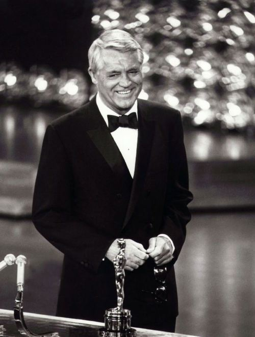 6_Cary Grant receiving an Academy Honorary Award in 1970.jpg
