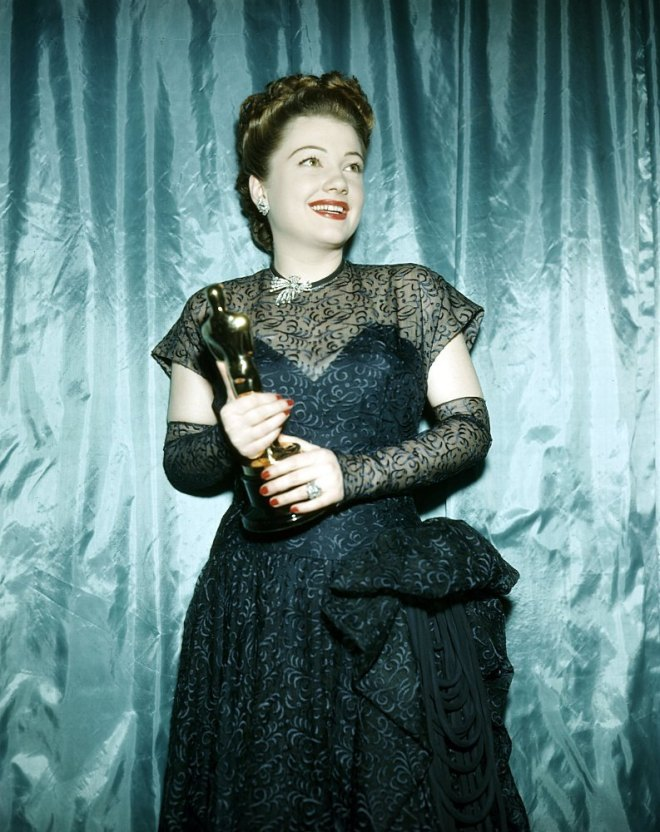8_Anne Baxter holding the Oscar she won as Best Supporting Actress for The Razor's Edge  (Edmund Goulding, 1946).jpg