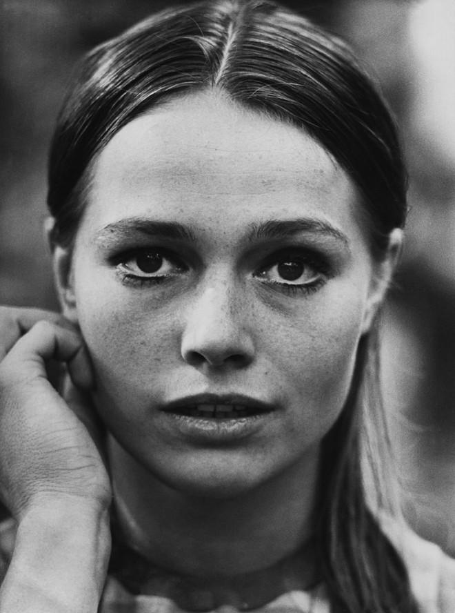 Eva Renzi, 1966 by Terry O'Neill.jpg