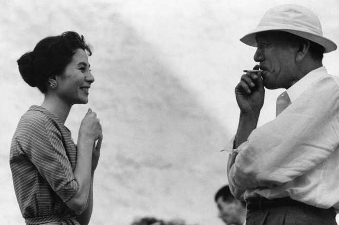 12_Yoshiko Kuga and Yasujirô Ozu while filming Higanbana (1958).jpg